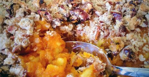 Cazuela de batata y piña con streusel de pacana